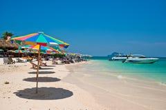 普吉岛泰国- 3月16日:游人在海滩3月1日放松 图库摄影