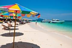 普吉岛泰国- 3月16日:游人在海滩3月1日放松 免版税库存图片