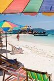 普吉岛泰国- 3月16日:游人在海滩3月1日放松 库存图片