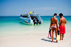 普吉岛泰国- 3月16日:游人立场等待的速度小船o 库存图片