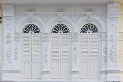 普吉岛老镇丝光斜纹棉布葡萄牙样式大厦 库存图片