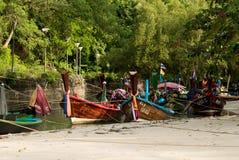 普吉岛,泰国, 2016年12月25日:在海滩的亚洲小船 库存照片