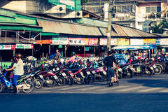 普吉岛,泰国, 12月8,2013 :在停车处的许多motorbikikes 库存照片