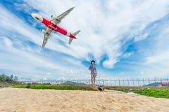 普吉岛,泰国- 2017年10月23日:亚洲航空飞机飞行在布吉国际机场, Mai Khao海滩离开 库存照片