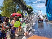 普吉岛,泰国- 2018年4月13日:人人群倾吐水  图库摄影