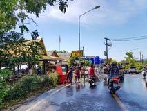 普吉岛,泰国- 2018年4月13日:人倾倒在摩托车d之上的水 库存图片
