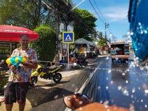 普吉岛,泰国- 2018年4月13日:人倾吐从枪o的水 库存照片