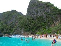 普吉岛,泰国- 2012年10月15日:在PhiPhi海岛,Turistic paraise上的安达曼海海滩在泰国 免版税图库摄影