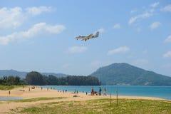 普吉岛,泰国- 2016年2月25日:拍与飞机的游人照片,飞机登陆到普吉岛国际机场 免版税库存图片