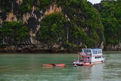普吉岛,泰国- 2014年10月7日:旅游船员皮船小船为旅客做准备在酸值洪Phang Nga海湾在普吉岛附近 免版税库存照片