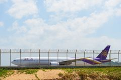 普吉岛,泰国- 2016年2月25日:泰航波音777-300 Reg 离开的HS-TKE出租汽车在布吉国际机场 库存照片