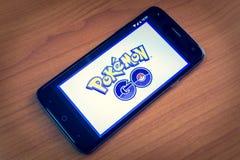 普吉岛,泰国- 2016年8月01日, :Pokemon Go是自由对戏剧, 免版税库存图片
