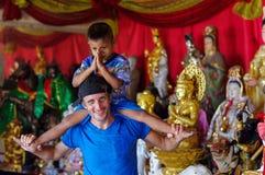 普吉岛,泰国- 2016年3月30日:享受乘坐在人的俏丽的男孩  免版税图库摄影