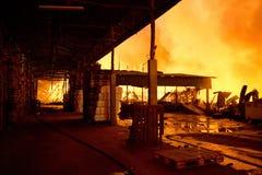 普吉岛,泰国10月16日:在大型商场的火-在肃北着火 图库摄影