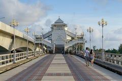 普吉岛,泰国- 2013年8月05日:在普吉岛和Pa之间的桥梁 免版税库存照片