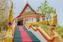 普吉岛,泰国- 2016年4月25日:带领Phra复制品的主要台阶Kwaen垂悬的金黄岩石,泰国 库存照片