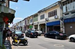 普吉岛,泰国- 2014年4月15日:旅游参观老大厦丝光斜纹棉布葡萄牙样式在普吉岛 库存照片