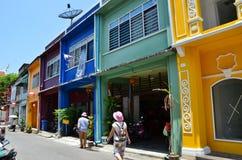 普吉岛,泰国- 2014年4月15日:旅游参观老大厦丝光斜纹棉布葡萄牙样式在普吉岛 免版税库存图片