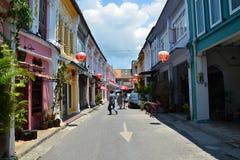普吉岛,泰国- 2014年4月15日:旅游参观老大厦丝光斜纹棉布葡萄牙样式在普吉岛 图库摄影