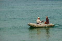 普吉岛,泰国- 2015年2月17日:晚年夫妇感到愉快 免版税库存图片