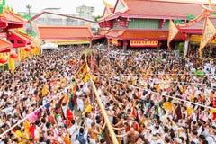 普吉岛,泰国- 2015年10月12日:普吉岛素食节日,仪式举竹杆 免版税图库摄影