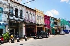 普吉岛,泰国- 2014年4月15日:老大厦丝光斜纹棉布葡萄牙样式在普吉岛,泰国 库存照片