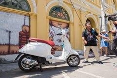 普吉岛,泰国- 2016年5月9日:艺术家亚历克斯面对,并且职员被拍了照片前面取消他墙壁上的艺术品 免版税库存图片