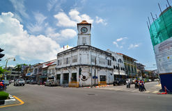 普吉岛,泰国- 2014年4月15日:通过Promthep尖沙咀钟楼,普吉岛,泰国的地方汽车 图库摄影