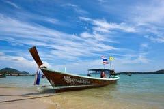 普吉岛,泰国2015年12月13日:Longtail小船和热带 免版税库存图片