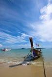 普吉岛,泰国2015年12月13日:Longtail小船和热带 免版税库存照片