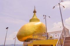 普吉岛,泰国- 2016年4月25日:Phra复制品Kwaen (垂悬的金黄岩石)在酸值Sirey寺庙,普吉岛, 库存图片