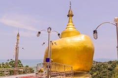 普吉岛,泰国- 2016年4月25日:Phra复制品Kwaen (垂悬的金黄岩石)在酸值Sirey寺庙,普吉岛, 免版税库存图片