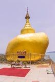 普吉岛,泰国- 2016年4月25日:Phra复制品Kwaen (垂悬的金黄岩石)在酸值Sirey寺庙,普吉岛, 库存照片