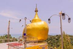 普吉岛,泰国- 2016年4月25日:Phra复制品Kwaen (垂悬的金黄岩石)在酸值Sirey寺庙,普吉岛, 免版税库存照片