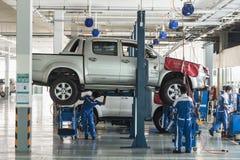 普吉岛,泰国- 3月10 :修理在wo的汽车技术员汽车 免版税库存照片