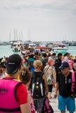 普吉岛,泰国- 2月01 :游人人群在raya海岛, Phu 免版税库存照片