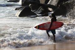 普吉岛,泰国- 1月02 :猛冲在2015年1月02日的海洋海岸 免版税图库摄影