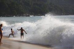 普吉岛,泰国- 1月02 :猛冲在2015年1月02日的海洋海岸 免版税库存图片
