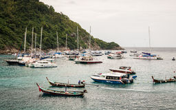 普吉岛,泰国- 2月01 :许多小船在raya海岛,普吉岛, Th 免版税图库摄影