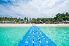 普吉岛,泰国DEC 21 :美丽的景色蓝天和清楚的wate 库存图片