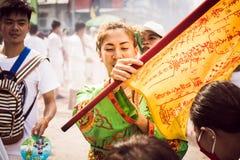 普吉岛10月07日:道教参加者在t街道队伍  免版税库存图片