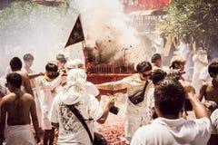 普吉岛10月07日:道教参加者在t街道队伍  库存照片