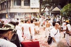 普吉岛10月07日:道教参加者在t街道队伍  图库摄影