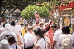 普吉岛10月07日:道教参加者在t街道队伍  免版税图库摄影