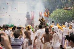 普吉岛10月07日:道教参加者在t街道队伍  库存图片