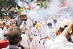 普吉岛10月07日:道教参加者在t街道队伍  免版税库存照片