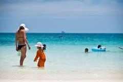 普吉岛- 3月16 :使用在海滩3月的愉快的小孩女孩 免版税库存图片