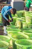 普吉岛- 2月23 :缅甸人民在鱼市上工作 图库摄影