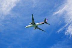普吉岛-泰国- Otober 23,2017 :苏航空中客车330-300飞机飞行在Mai Khao海滩的普吉岛机场离开 库存图片