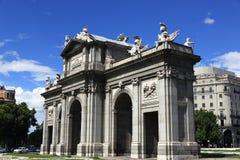 普埃尔塔de Acala,老大厦在马德里,西班牙 免版税图库摄影
